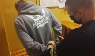 Akcja policji w Skierniewicach i gminie Nowy Kawęczyn. Zatrzymano dwie osoby za uprawę i posiadanie narkotyków