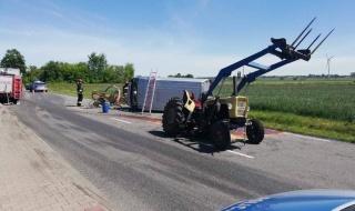 Groźny wypadek w Szadku, bus zderzył się z ciągnikiem rolniczym. Droga jest zablokowana