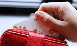 Znalazł kartę bankomatową, bezprawnie wykorzystał ją kilkanaście razy. Sprawcą okazał się nastolatek