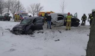 Niebezpiecznie na drogach. W gminie Łyszkowice doszło do czołowego zderzenia
